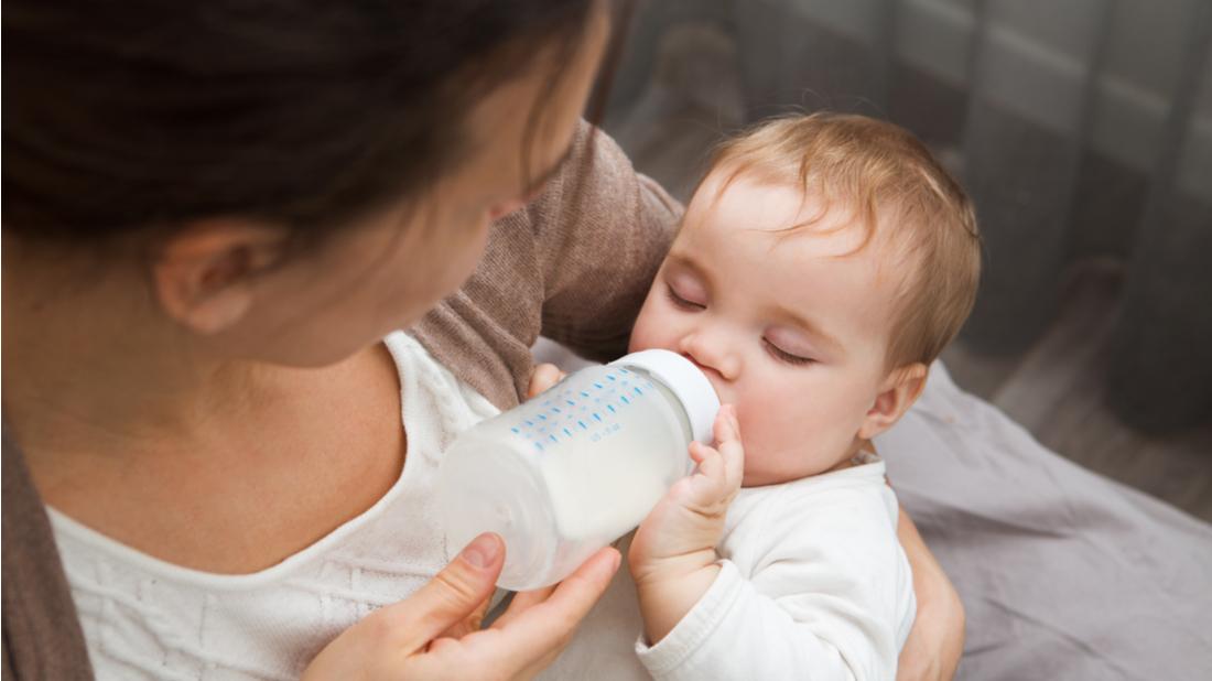 Maminka krmí své dítě