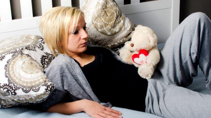 zena_smutok_depresia_tehotenstvo_postel_medvidek_istock_000034596336small-728x409.jpg