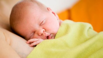 babatko-novorodenec-prirodzeny-porod_istock_000004979120-352x198.jpg