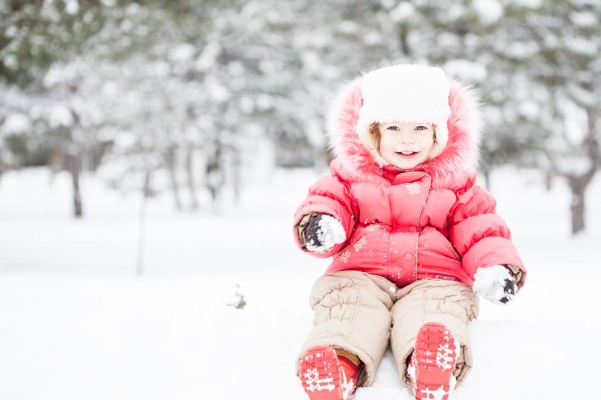 batola-dieta-dievcatko-zima-sneh-oblecenie-bunda-ruzova_istock_000021669447.jpg