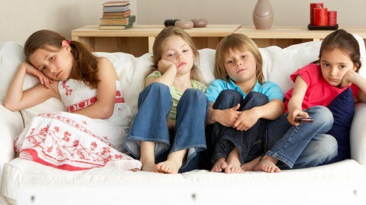 deti-televizia-sledovanie-nuda-ovladac_istock_000012639375-728x409.jpg