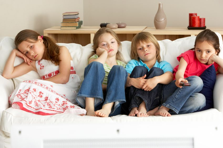 deti-televizia-sledovanie-nuda-ovladac_istock_000012639375.jpg