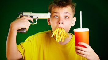 dieta-fastfood-hranolky-limonada-pistol-istock_000009628637-352x198.jpg