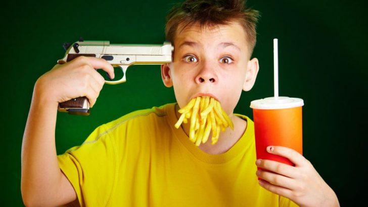 dieta-fastfood-hranolky-limonada-pistol-istock_000009628637-728x409.jpg