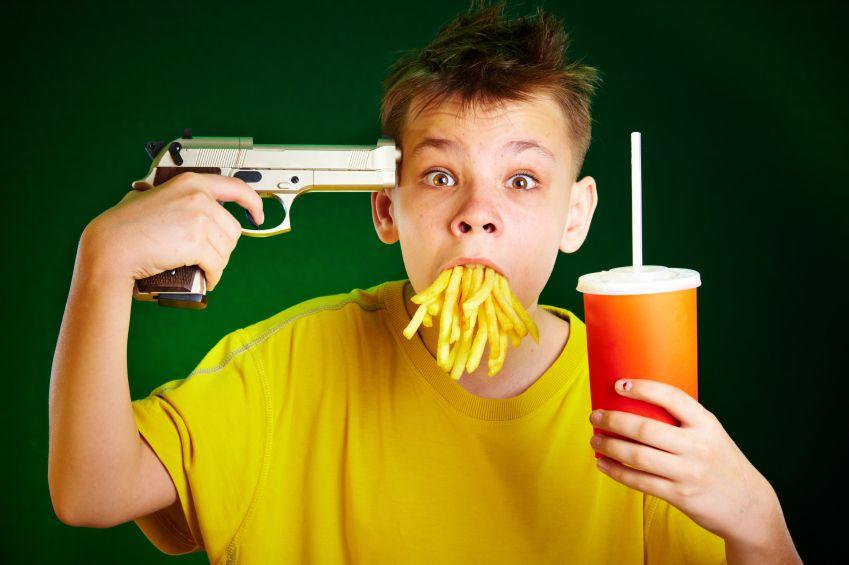 dieta-fastfood-hranolky-limonada-pistol-istock_000009628637.jpg