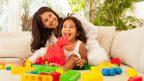 matka-dcera-dieta-hra-hracky-smiech-stastie-obyvacka-byt-pohovka-istock_000019420669-144x81.jpg