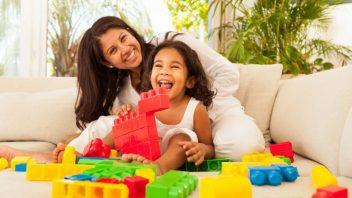 matka-dcera-dieta-hra-hracky-smiech-stastie-obyvacka-byt-pohovka-istock_000019420669-352x198.jpg