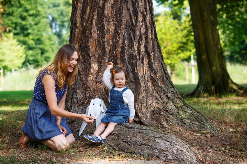 matka-dieta-dcera-les-strom-priroda-istock_000026913710.jpg