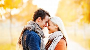 muz-zena-par-laska-zamilovany-usmev-stastie-park-stromy-slnka-jar-jesen-istock_000019919848-352x198.jpg