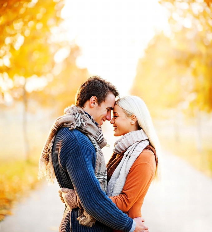 muz-zena-par-laska-zamilovany-usmev-stastie-park-stromy-slnka-jar-jesen-istock_000019919848.jpg