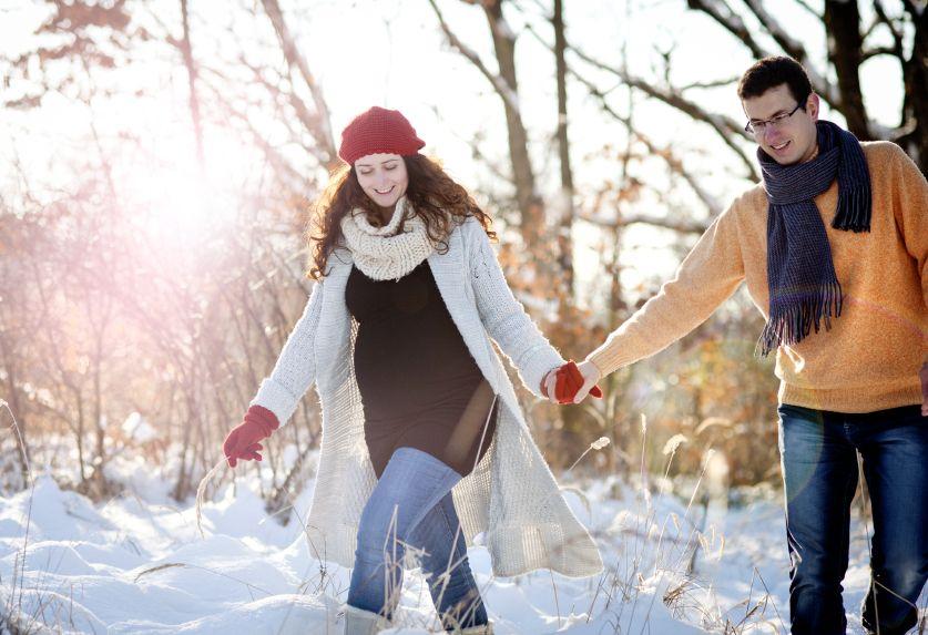 par-tehotenstvo-priroda-zima-sneh-prechadzka_istock_000030418782.jpg