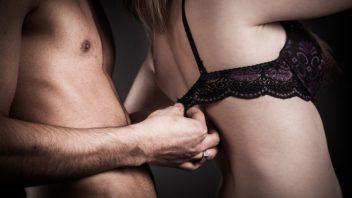 sex-zena-muz-podprsenka-predohra-vyzliekanie-istock_000022271854-352x198.jpg