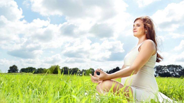 tehotna-zena-priroda-joga-relaxacie-pokoj-istock_000022809066-728x409.jpg