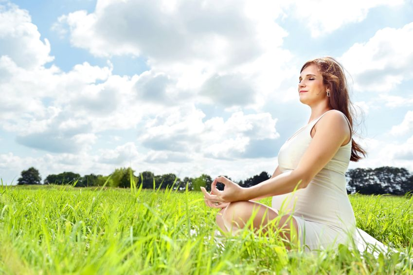 tehotna-zena-priroda-joga-relaxacie-pokoj-istock_000022809066.jpg