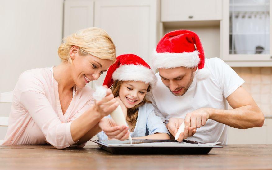 vianoce-rodina-pecenie-cukrovi_istock_000030873726.jpg