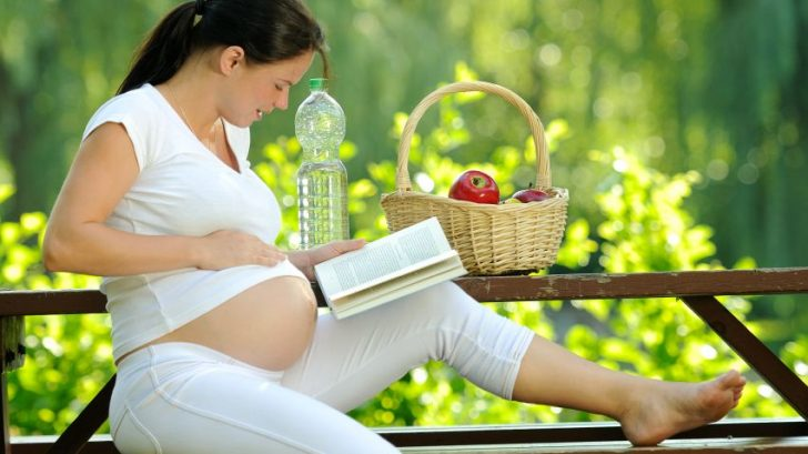 zena-tehotna-tehotenstvo-jablko-kniha-priroda-voda-vyziva-pohoda-relax-zdravie-studium-istock_000013833909-728x409.jpg