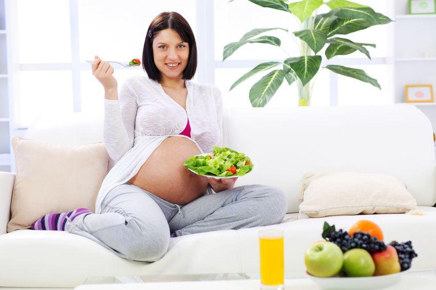 zena-tehotna-zelenina-salat-paradajky-strava-zdrava-vidlicka-pohovka-vyziva-istock_000012594578.jpg