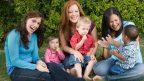 zeny-matky-deti-partia-hovor-rozpravanie-hra-partia-skupina-vylet-istock_000004513198-144x81.jpg