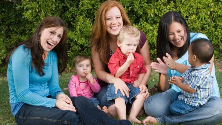 zeny-matky-deti-partia-hovor-rozpravanie-hra-partia-skupina-vylet-istock_000004513198-728x409.jpg