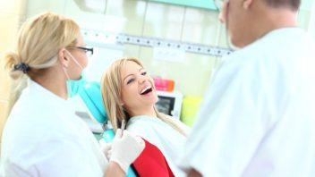 zubar-lekar-ordinacie-prehliadka-prevencia-sestra-zuby-istock_000023227464-352x198.jpg