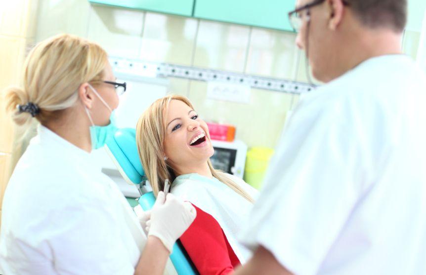 zubar-lekar-ordinacie-prehliadka-prevencia-sestra-zuby-istock_000023227464.jpg